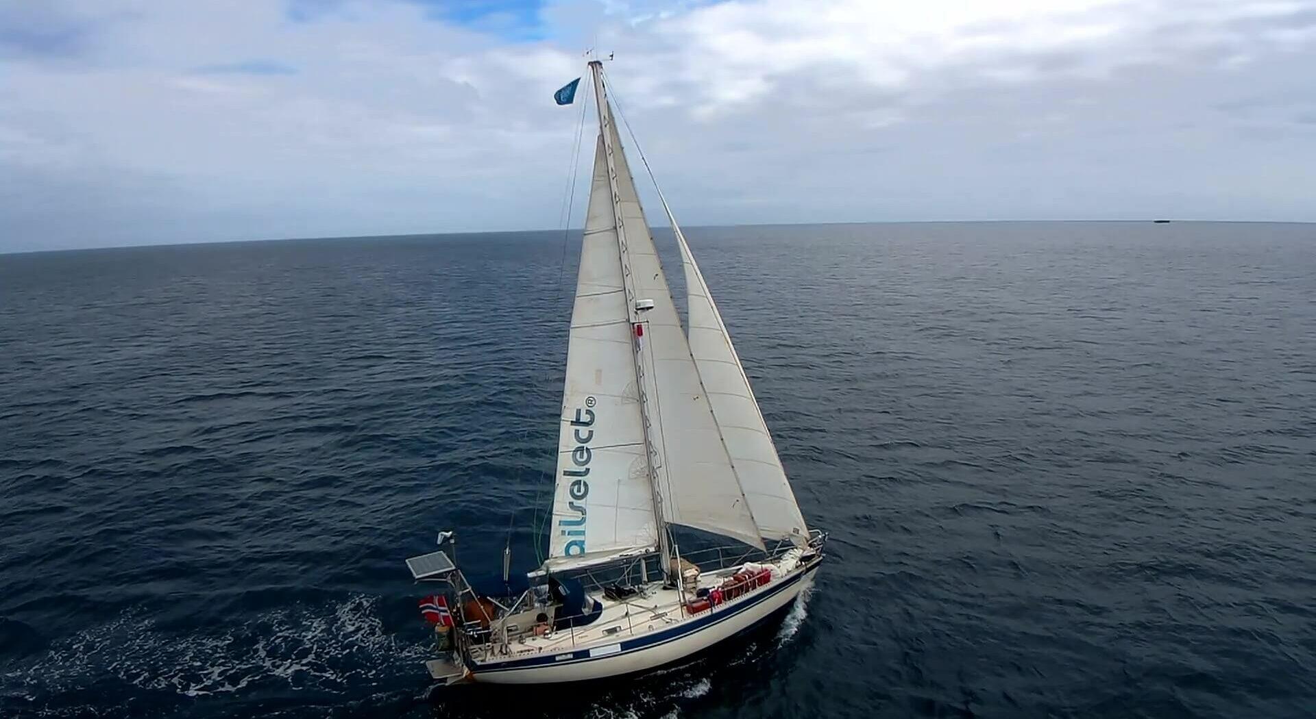 »Amanda» på vei mot nye horisonter. Droneshotꓽ Amanda Sailing