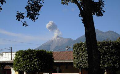 Antigua med vulkanen Fuego i bakgrunnen