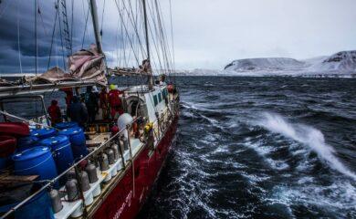 Det brygger opp til storm langs sørkysten av Grønland. Av gode grunner har vi med vilje besluttet å gå rett inn i første lavtrykk. Fotoꓽ Ben Cooke