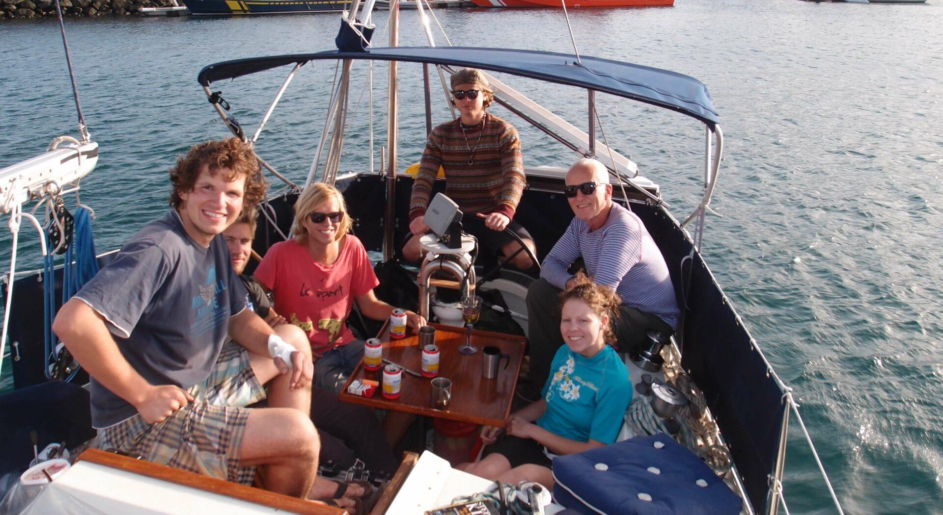 Etterlengtet cervezapause under en arbeidsøkt med svenskene fra nabobåten
