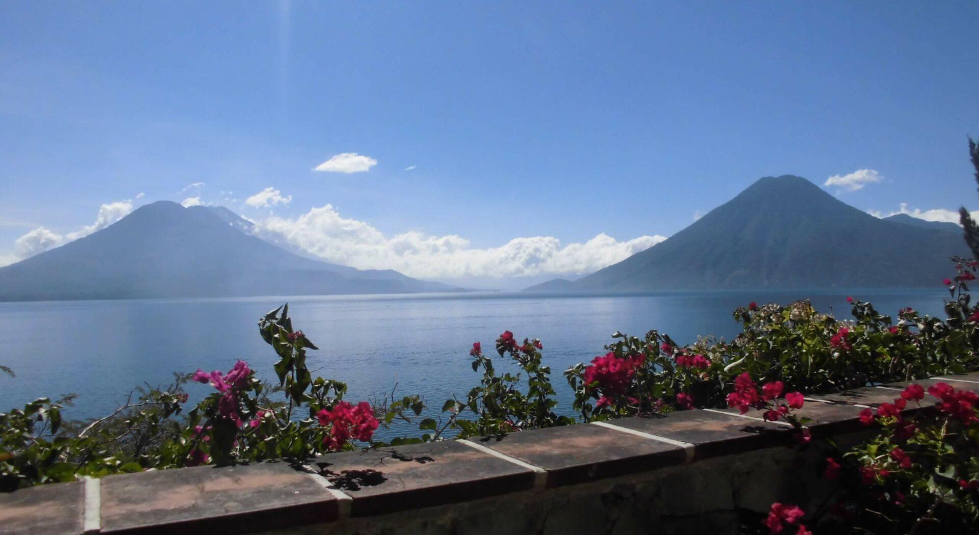 Fabelaktig utsikt over Lake Atitlán fra terassen på Vulcano Lodge