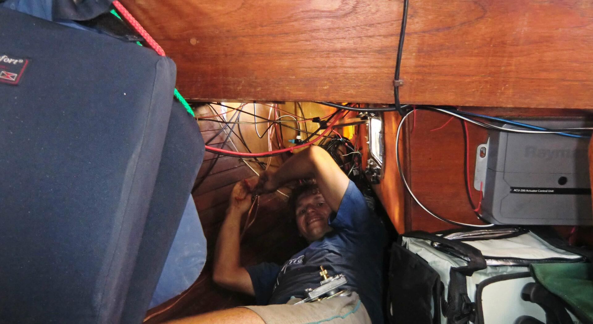For å få kabalen med ledninger og elektriske koblinger til å gå opp må man inn i alle kriker og kroker.