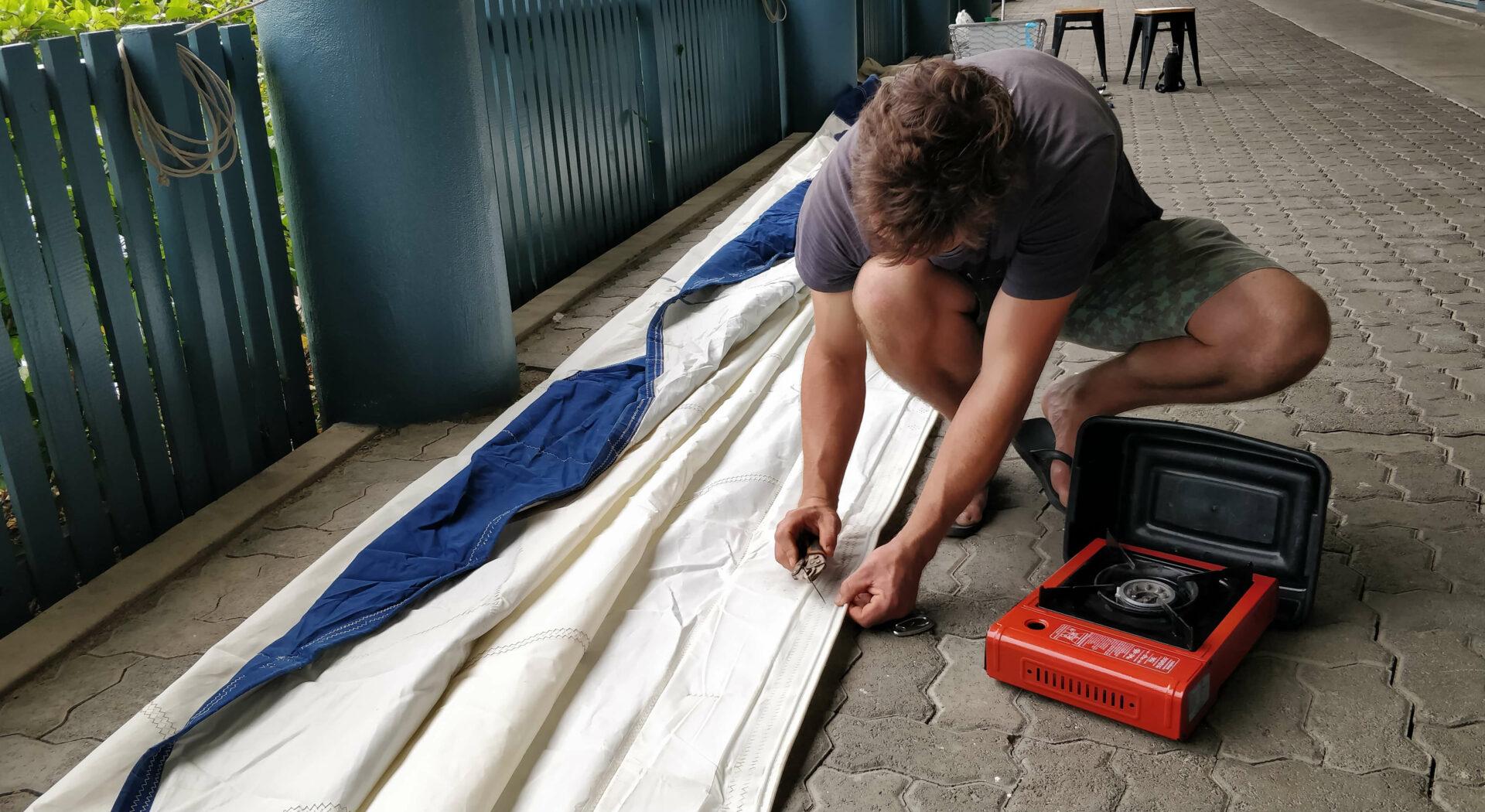 Hobbyseilmaker'n i aksjon. Rullegenoaen skulle omgjøres til et mer klassisk seil. Fotoꓽ Michael Chahley