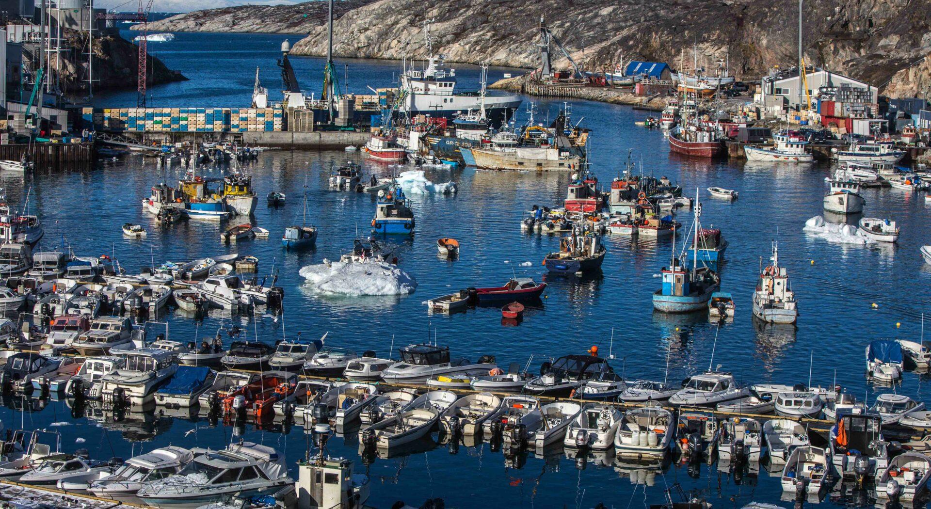 I Ilulissat Havn, Grønlands, er det trangt om plassen.