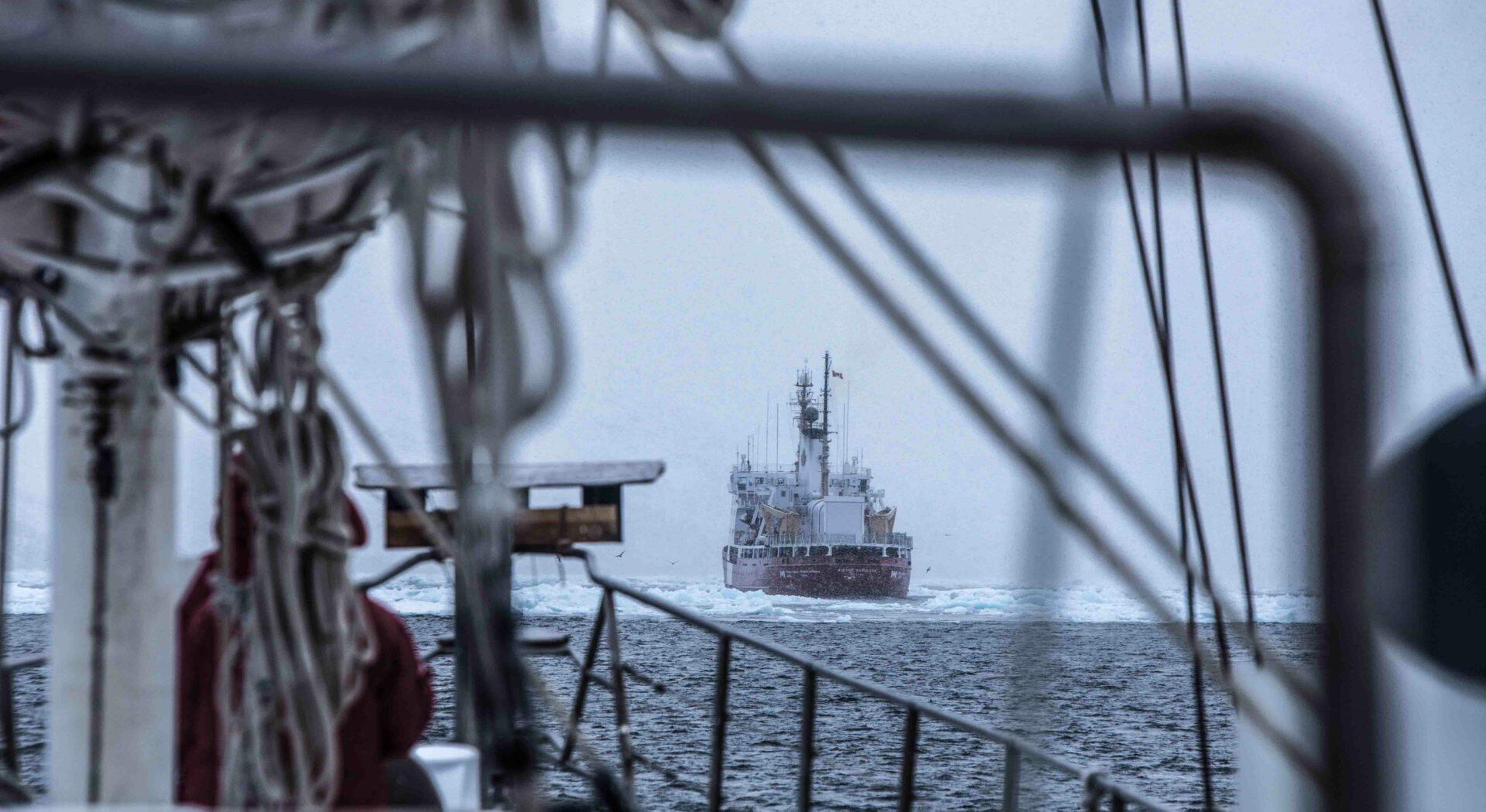 Isbryteren forsvinner foran baugen og vi er overlatt til oss selv. Foto; Ben Cooke.