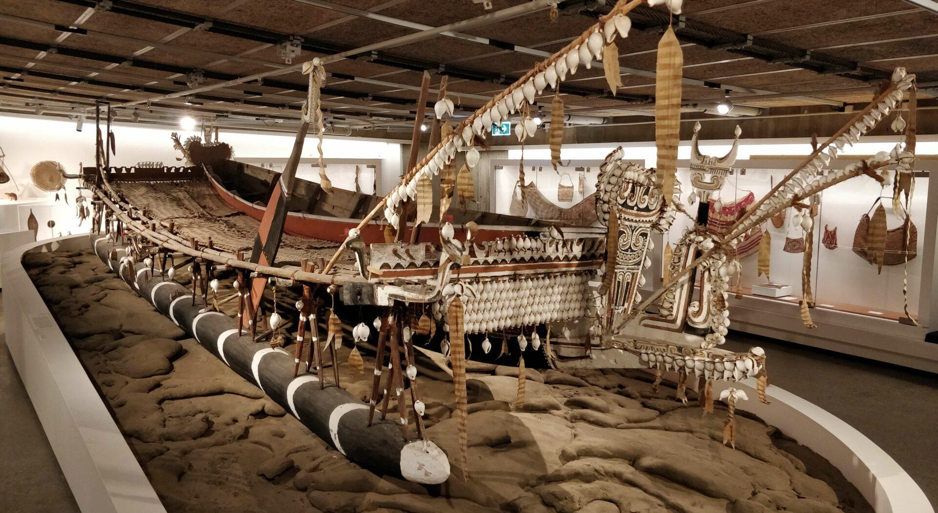 Megastaselig utriggerkano! De tradisjonelle båtene trobrianderne opprinnelig brukte for å ferdes mellom øyene er med avstand de mest kreative vi har sett.