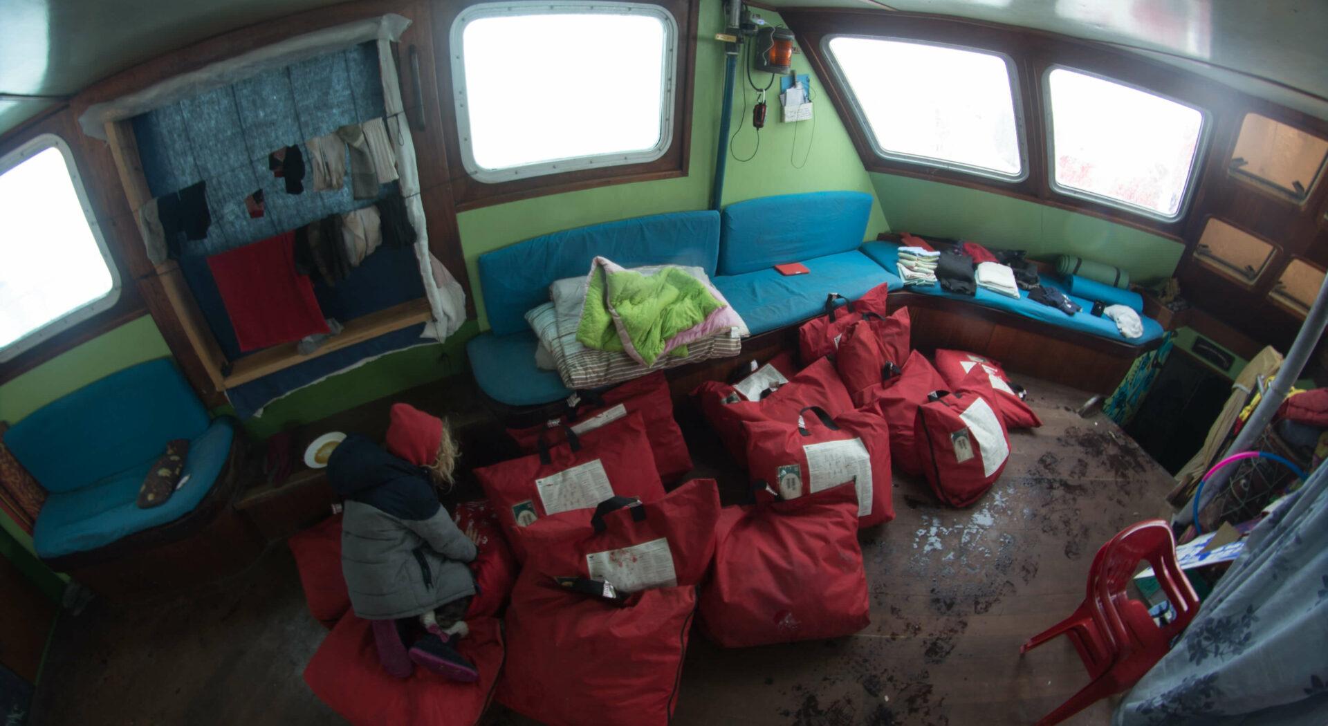 Overlevelsesdraktene ligger parat i styrhuset. Vi er klare til å forlate båten når som helst. Foto; Ben Cooke