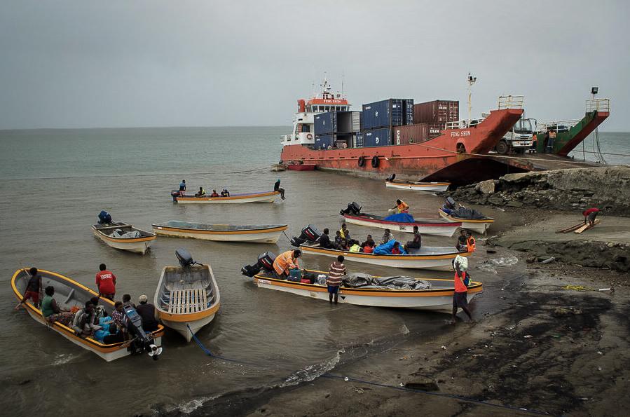 Selv om tradisjonelle seilfartøy fortsatt er i bruk, har motorbåter tatt over mye av trafikken i Daru havn. Her er det Yamaha for alle penga.