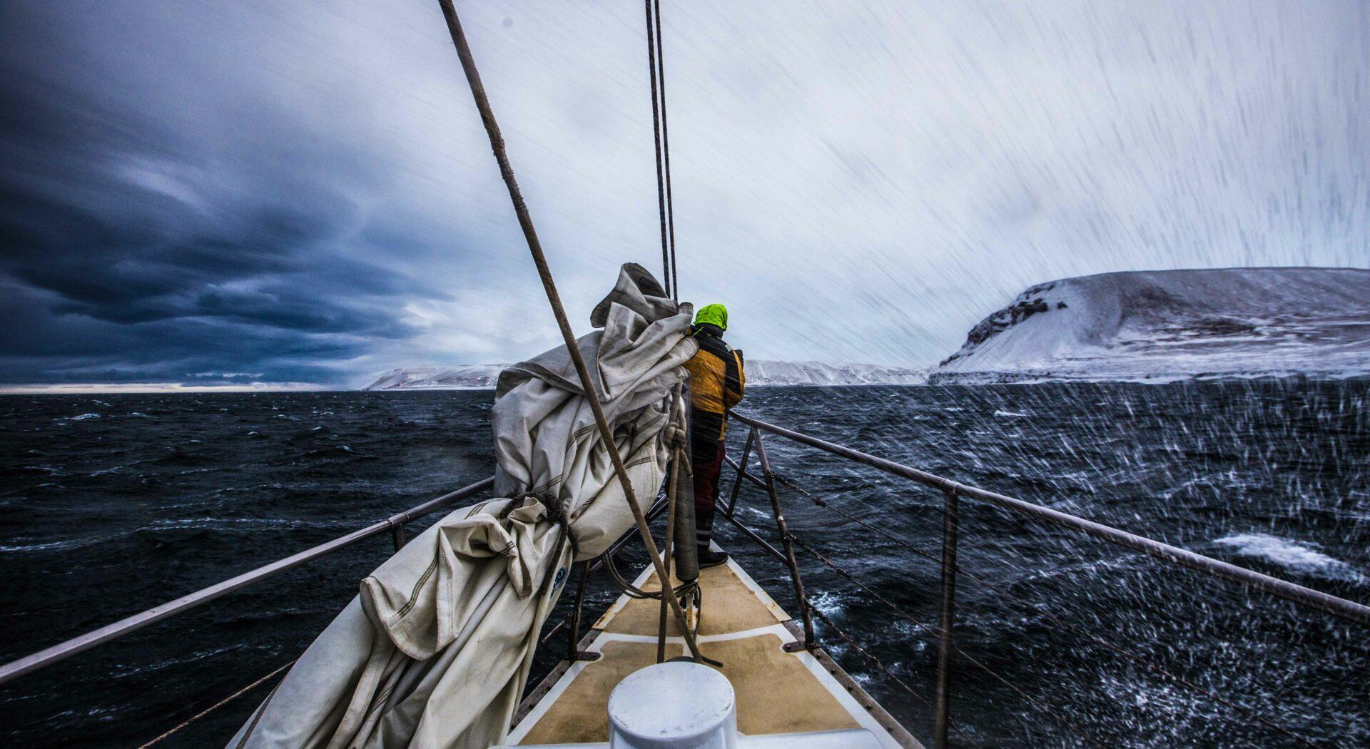 Vi fikk straks erfare at seilforholdene i Arktis kan være svært strabasiöse. Foto; Ben Cooke
