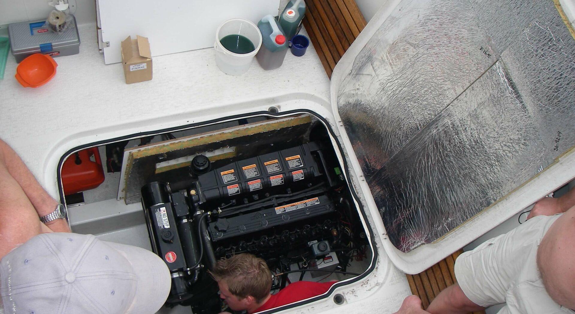 Her får en båt motorstopp grunnet vann i dieselen. Maskinist Marius Strømmen fikser saken.