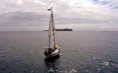 »Amanda-Trabanthea» har krysset grensen til asiatisk farvann, og for mannskapet ligger en helt ny verdensdel foran baugen. Droneshotꓽ Amanda Sailing