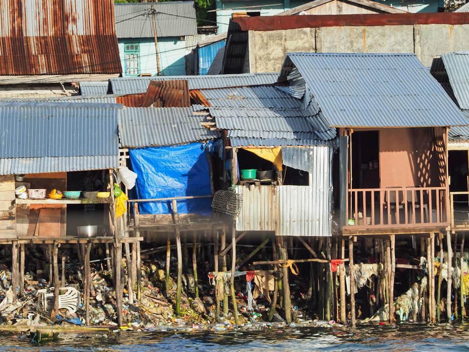 Baksiden av medaljen. I hovedstaden på Kei Islands, Tual City, er det lettvint å bruke kjøkkenvinduet som søppelbøtte. Fotoꓽ Sven Erhorn