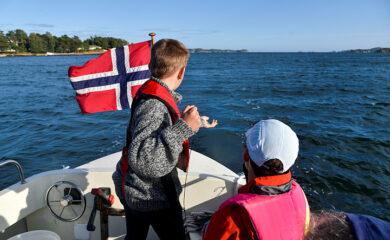 Friitidsbåtbrukere fisker fra akterstavnen på fritidsbåt.