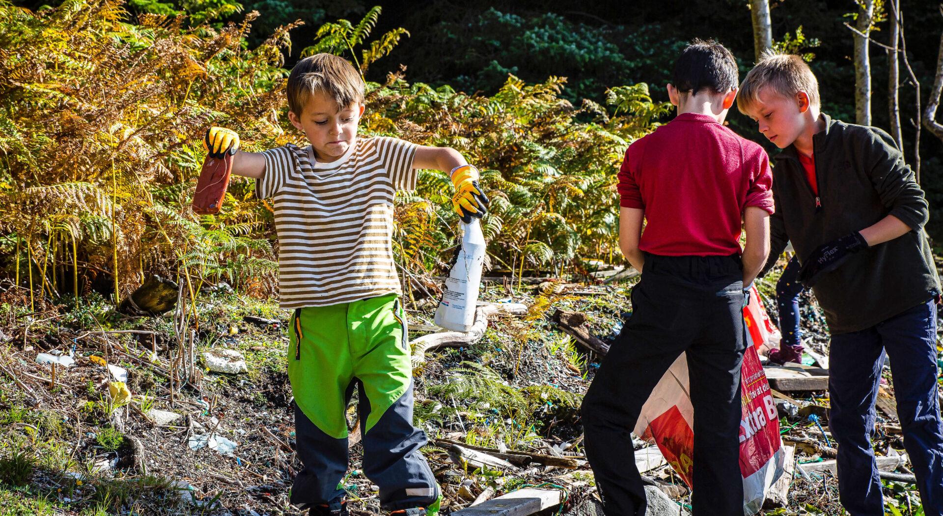 Fireåring med plastflaske