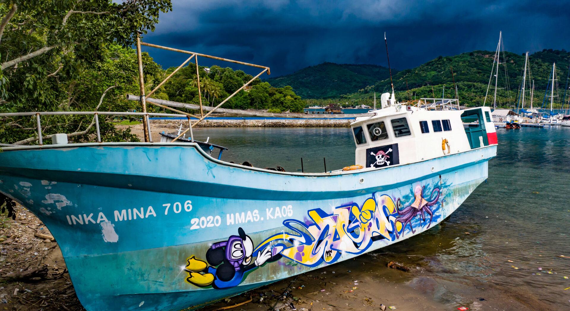 «Pirate Boat» i strandkanten ved marinaen vår. Streetart-kunsterne Kaos og Hmas fikk utløp for lockdown-frustrasjonen igjennom sine malerferdigheter.