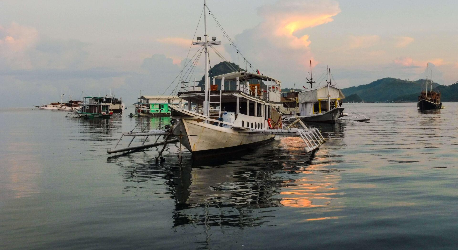 """Det flytende nabolaget i Labuan Bajo huser alt fra skrallende, totaksdrevne """"racer""""-båter og tradisjonelle treskuter, til spiderboats – som vi ser her."""